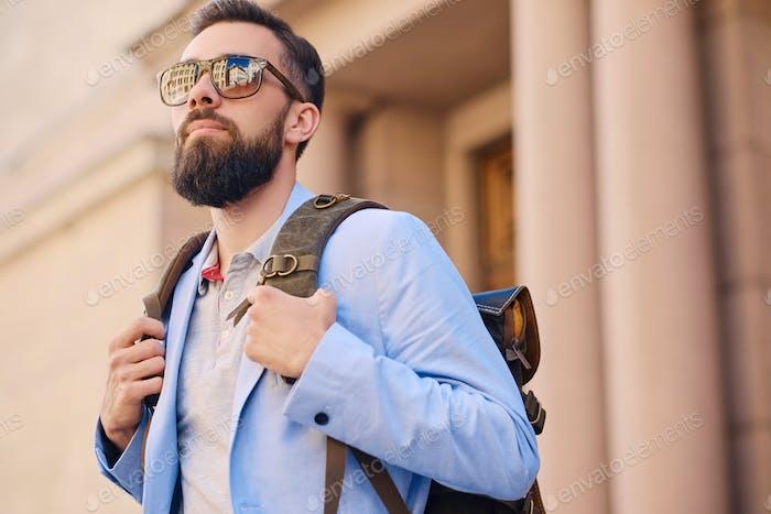 Стильный бородатый мужчина