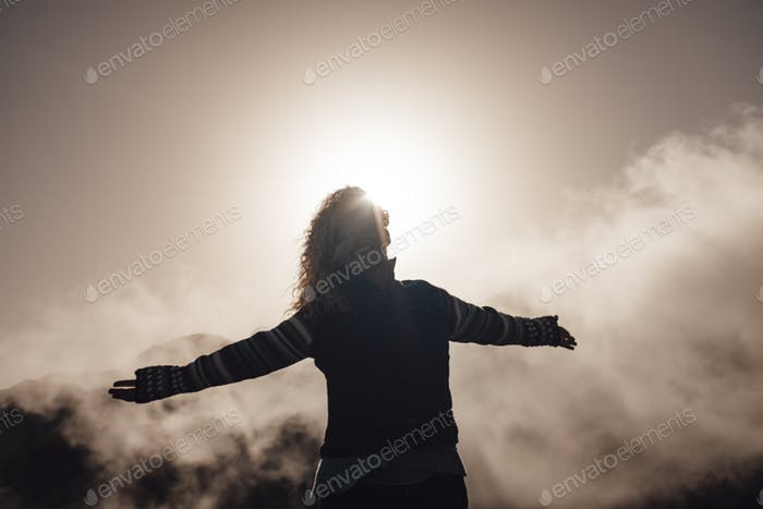 Mujer adulta feliz y alegre disfrutar de la naturaleza