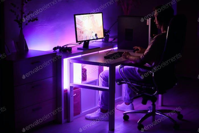 Gamer jugando juego de ordenador