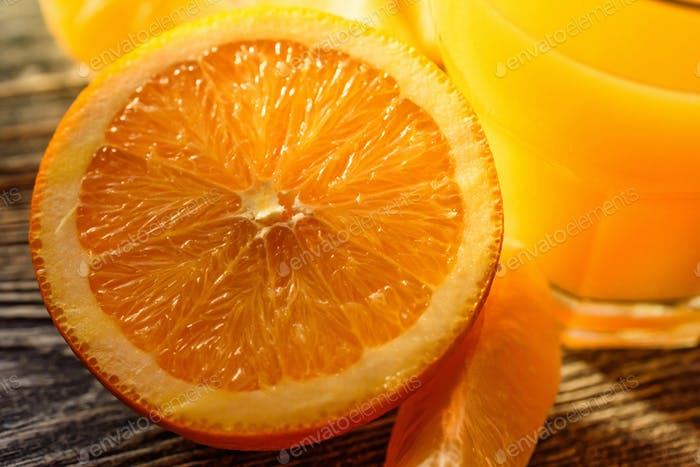 Reife saftige frische Orangen, ganz, geschnitten und in Scheiben geschnitten