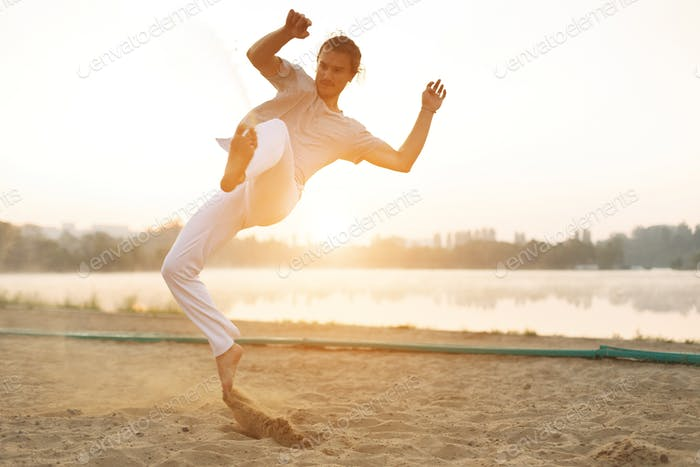 Sportliche Capoeira Performer Workout Training am Strand Sunris