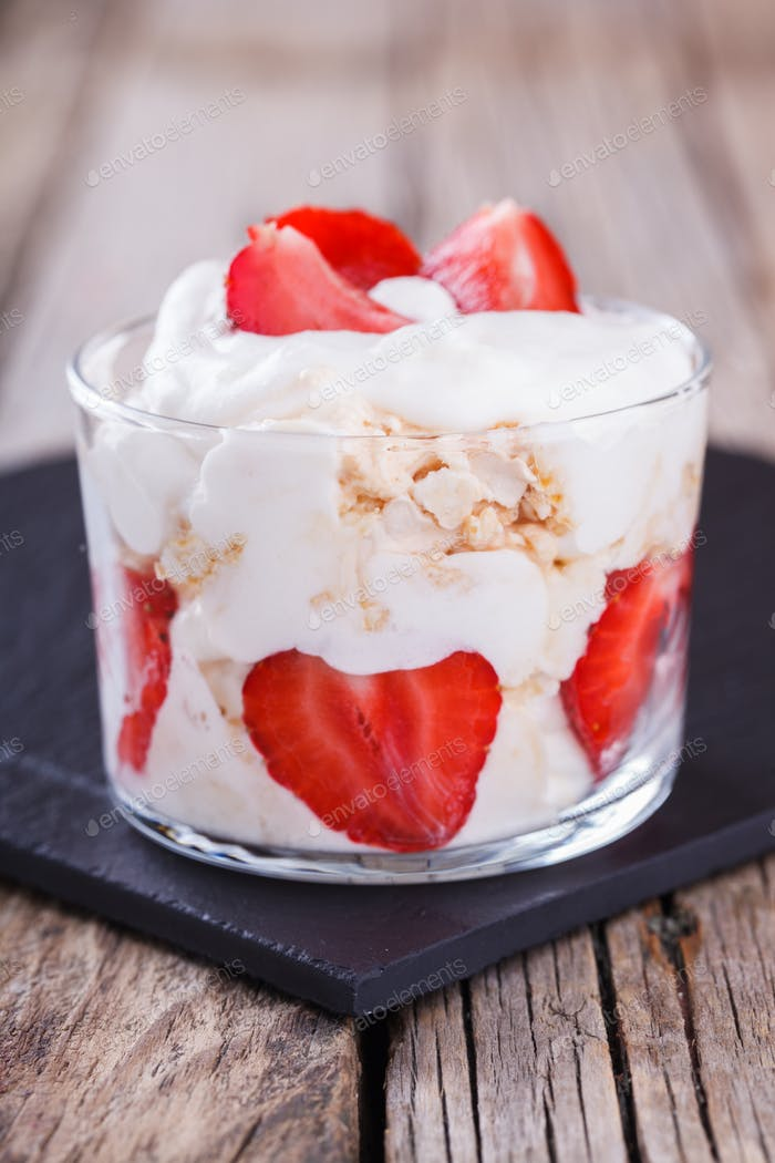 Eton Mess. Klassisches britisches Sommer-Dessert.