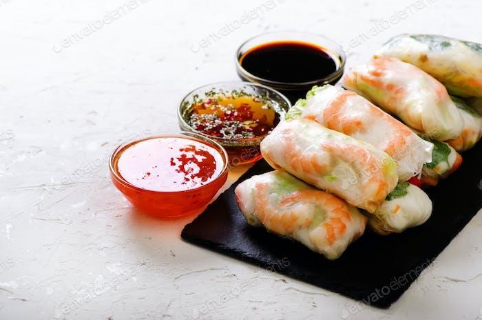 Vietnamesische Frühlingsrollen - Reispapier, Salat, Fadennudeln, Nudeln, Garnelen, Fischsauce