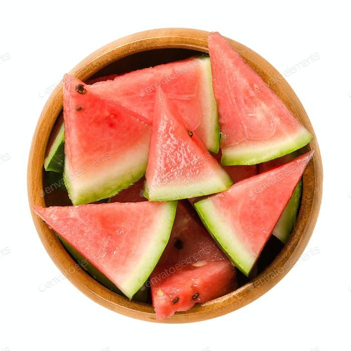 Wassermelonenscheiben in Holzschüssel über weiß