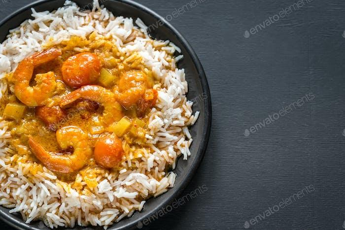 Thailändisches gelbes Curry mit Meeresfrüchten und weißem Reis