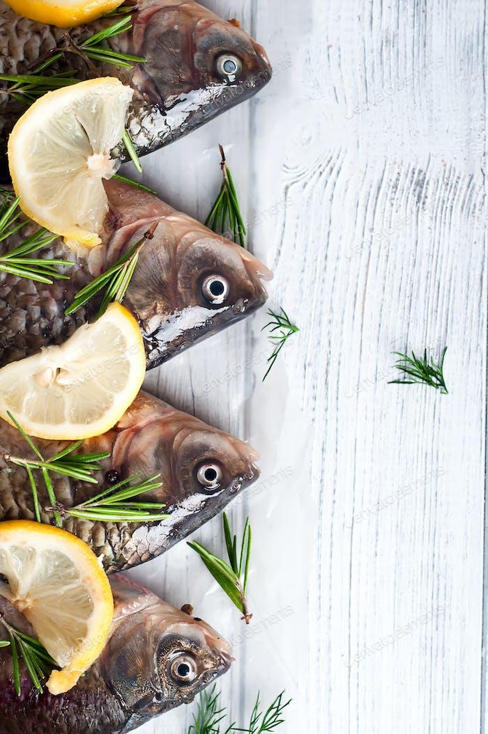 Frische Fische Schwänze mit Zitrone