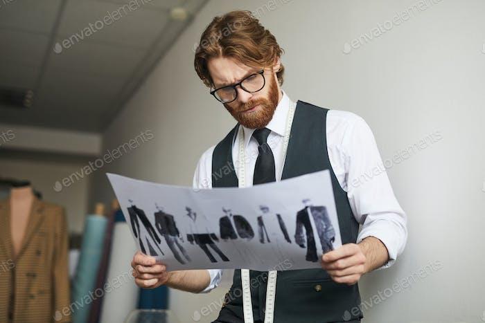 Modeschöpfer arbeiten mit Skizzen