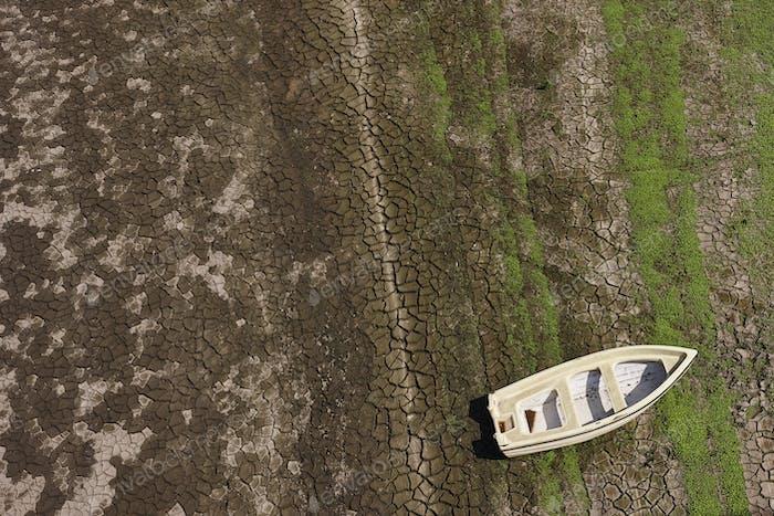 Canoa en un río seco. Sequía y alerta mundial. España (España)