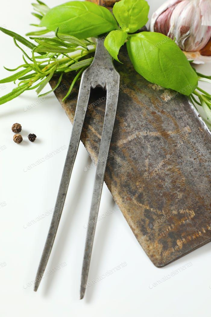 Alte Fleischhackmesser und Schnitzgabel