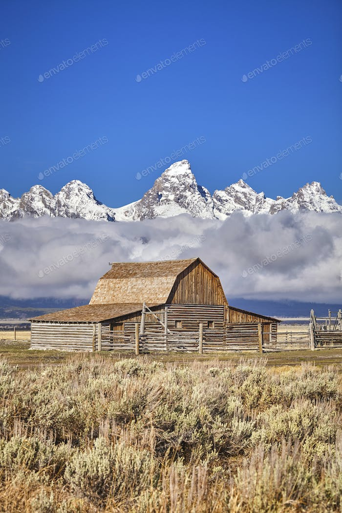Teton Gebirge mit Moulton Barn in der Grand Teton Nation
