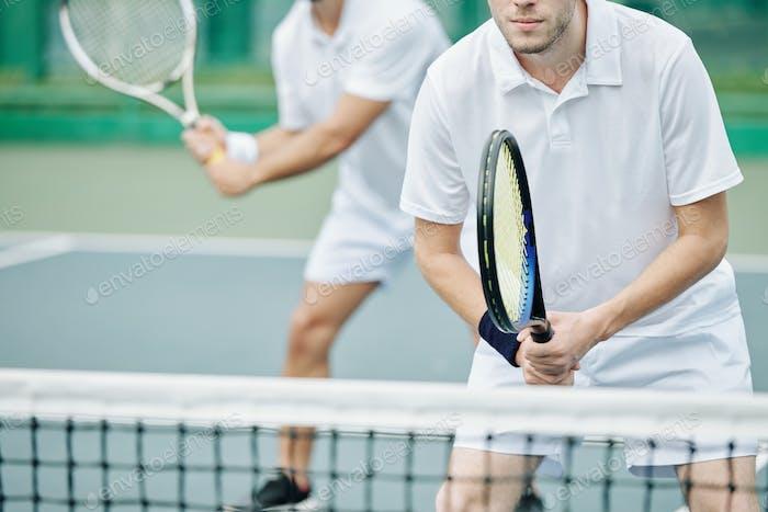 Tennisspieler konzentriert sich auf Spiel