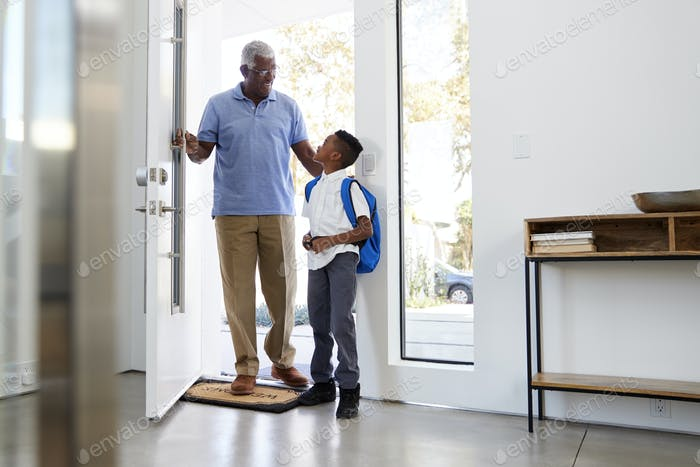 Großvater sammeln und bringen Enkel nach Hause nach der Schule