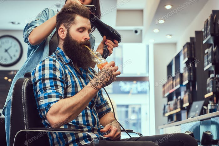 Красивый бородатый мужчина в парикмахерской.