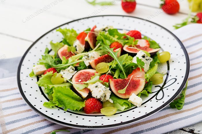 "Easy vegetarian salad with figs, strawberries, grapes, blue cheese ""Dorblu"" and lettuce."