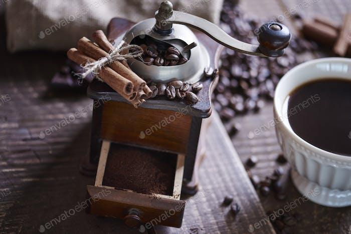 Nahaufnahme einer Kaffeemühle mit gemahlenem Kaffee