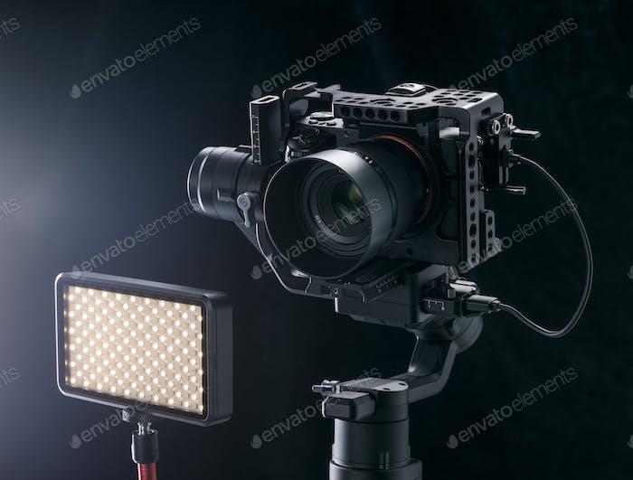 Professionelle Digitalkamera auf schwarzem Hintergrund