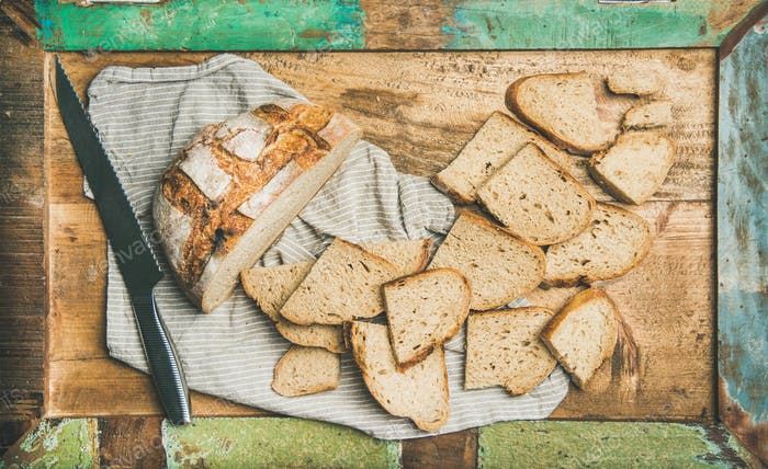 Flach-Lay von Sauerteig Weizenbrot in Scheiben geschnitten in Tablett