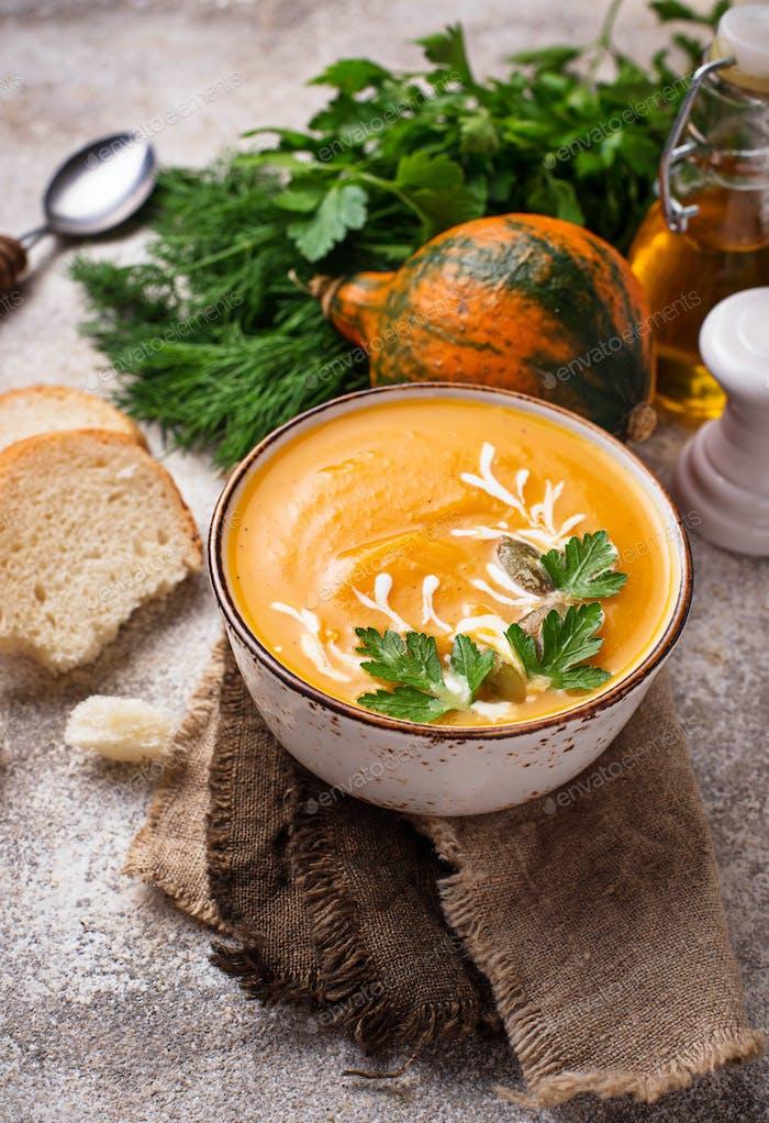 Vegetarische Herbst Kürbis-Sahnesuppe