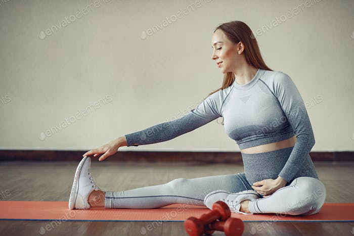 Pregnant woman training in a gym