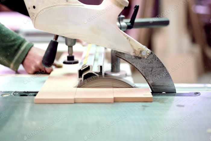 Holzfabrik Arbeiter Schneidebretter mit Gleitmasse Gehrungssäge