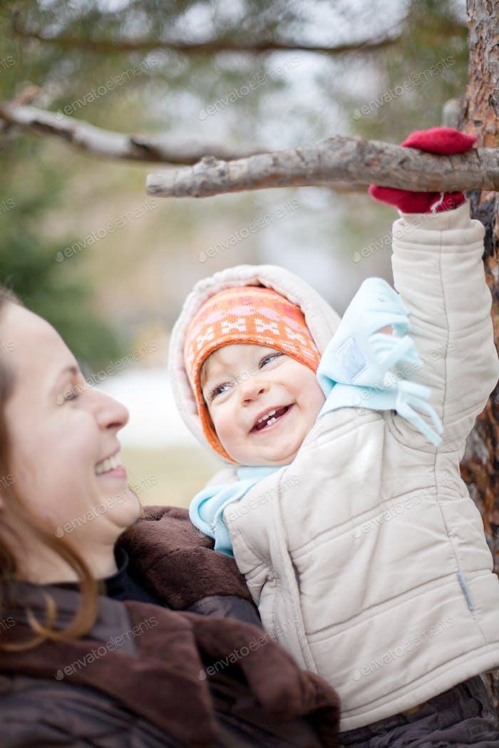Baby und Mutter im Winter
