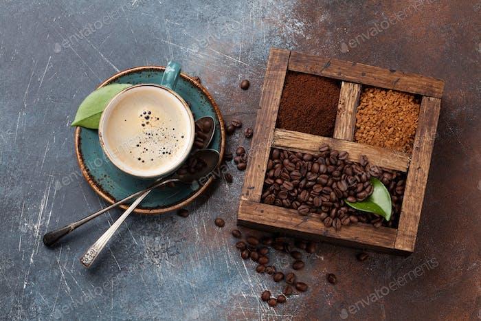 Kaffeetasse, geröstete Bohnen und gemahlener Kaffee