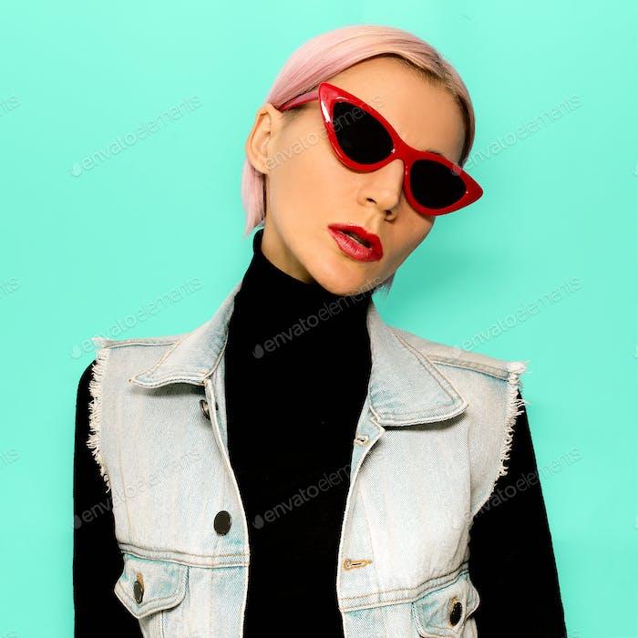 Blondes Mädchen in modischer Kleidung und trendige Sonnenbrille. Stylis