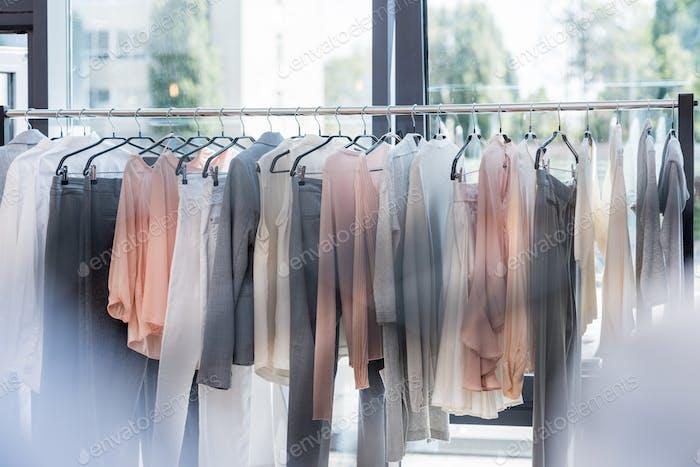 Rack mit hängenden Kleidung im Laden