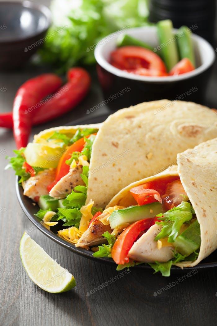 mexikanische Tortilla-Wrap mit Hähnchenbrust und Gemüse