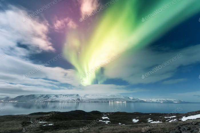 Nordlichter Aurora Borealis über Akureyri Stadt in Island
