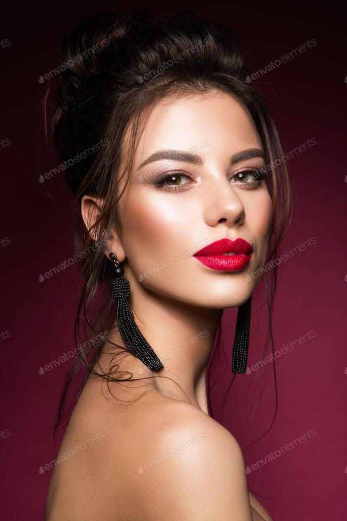 Wunderschöne junge Brünette Frau Gesicht Porträt.