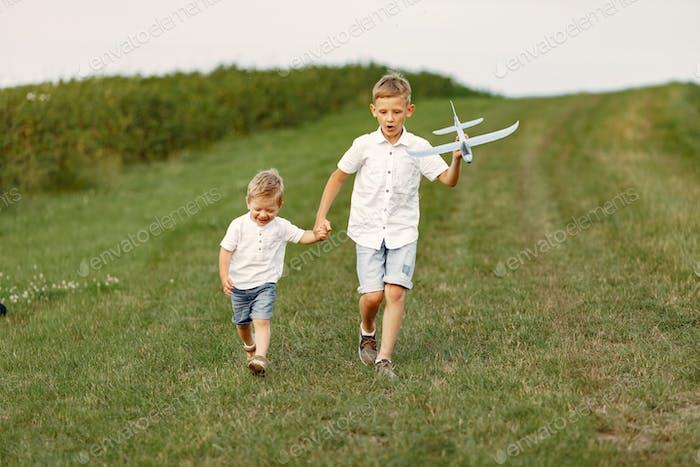 Взволнованный мальчик работает с игрушечным самолетом