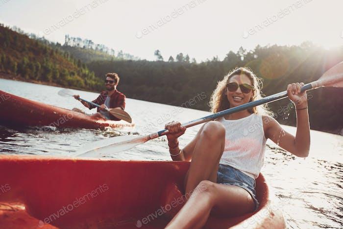 Jugendliche Kanu in einem See