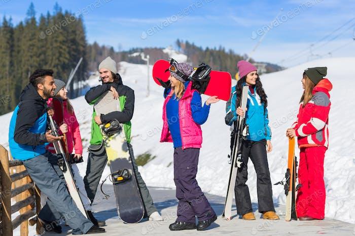 Personengruppe Ski Und Snowboard Resort Winter Schnee Berg Fröhlich Glücklich Lächeln Freunde Sprechen