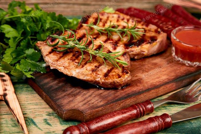 Steak Schweinefleisch Grill auf Holzschneidebrett
