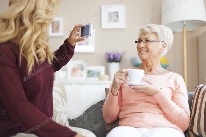 Grandma lächeln! Ich mache Foto zu dir