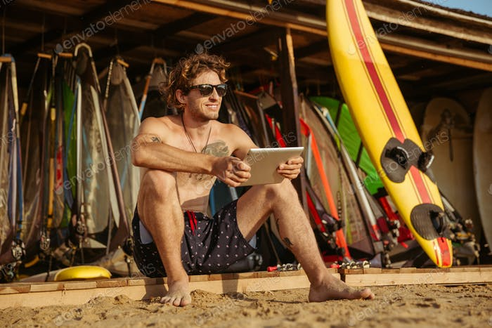 Surfer man with pc tablet