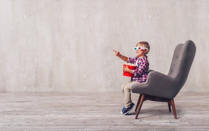 Kleiner Junge mit Popcorn