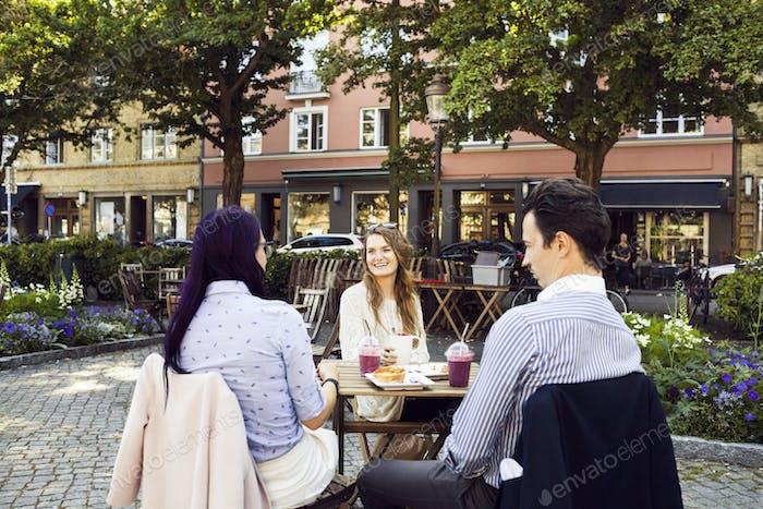 Друзья в открытом кафе