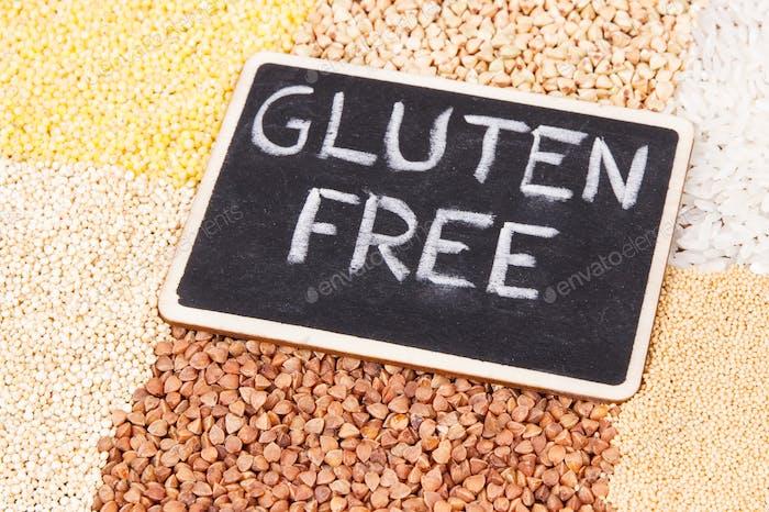 Haufen weißer Reis und verschiedene Grütze, gesunde und glutenfreie Lebensmittel