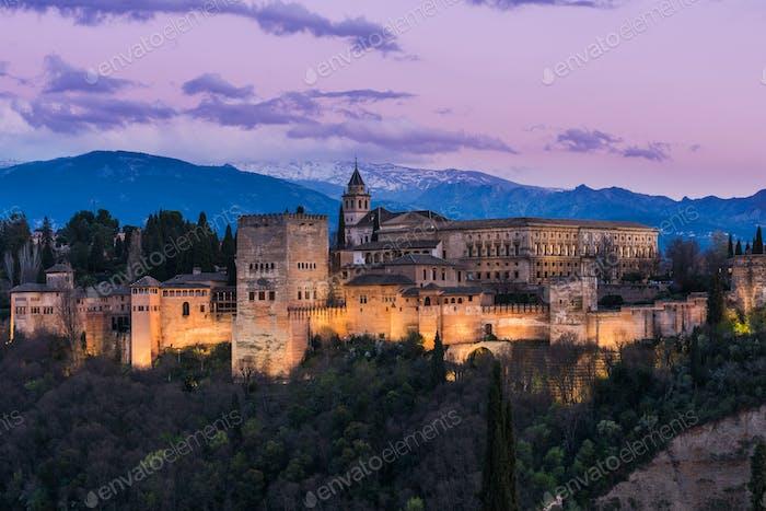 Palacio de la Alhambra Arabic Iluminado en Granada, España