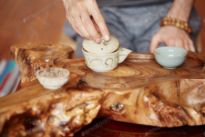 Chinesische Teezeremonie wird von Teemeister zu Hause durchgeführt