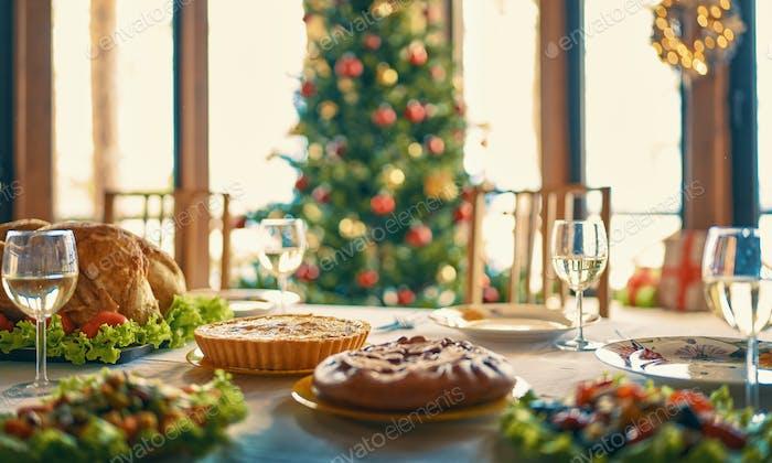 Zimmer für Weihnachten dekoriert