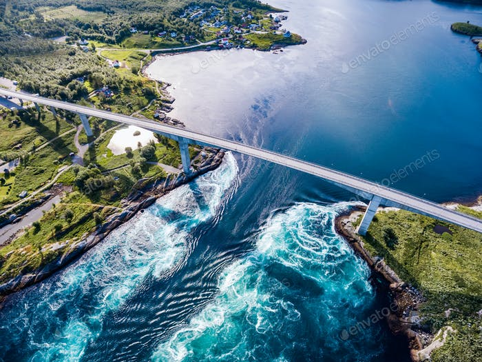 Whirlpools des Strudelstroms von Saltstraumen, Nordland, Norwegen