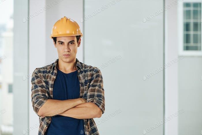 Ingeniero con brazos cruzados