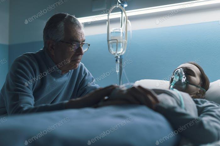 Senior Mann unterstützt ihre Tochter im Krankenhaus