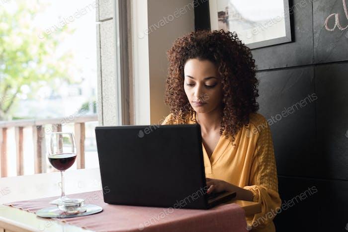 Mujer Uso Ordenador portátil