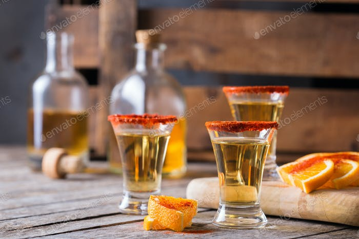 Mezcal o mescal mexicano con chile y naranja