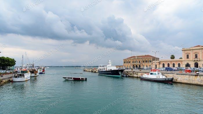 Hafen von Syrakus auf der Insel Ortigia