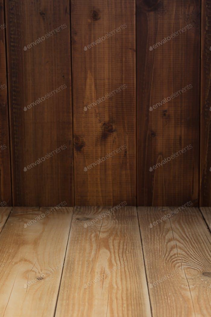 leerer Holztisch vorne